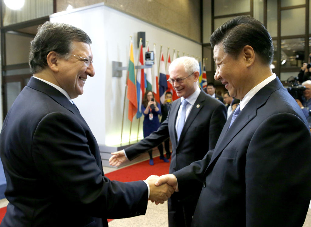 Handshake between Xi Jinping, on the right, and José Manuel Barroso, on the left, in the presence of Herman van Rompuy, in the centre