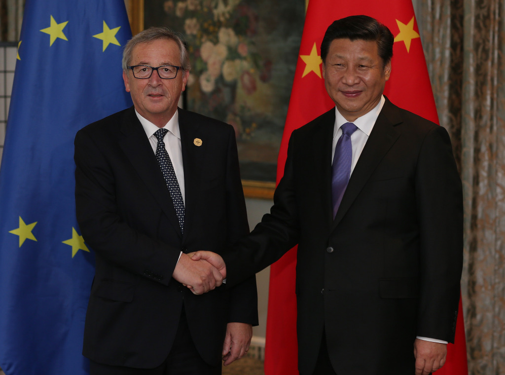 Handshake between Xi Jinping, President of the People's Republic of China, on the right, and Jean-Claude Juncker